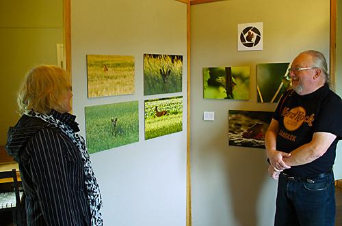 Lennart och Rose-Marie beundrar några av de utställda bilderna